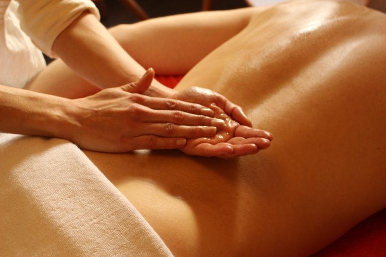 Massage du dos dans mon cabinet à Narbonne, application d'huile de massage