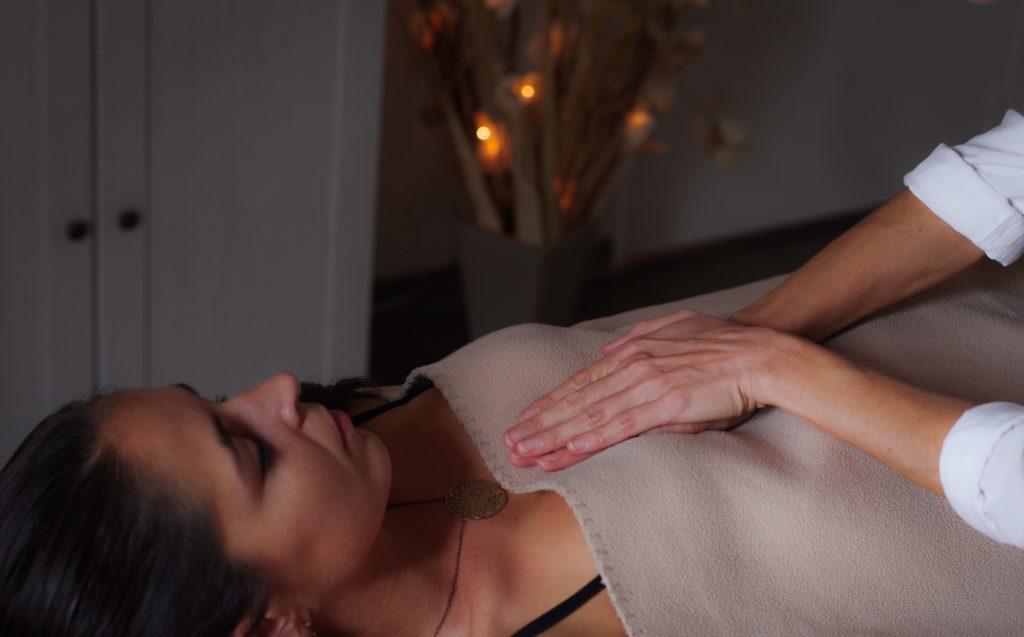 Sophro-Massage sur Femme, dans mon cabinet à Narbonne, Application des mains sur le thorax