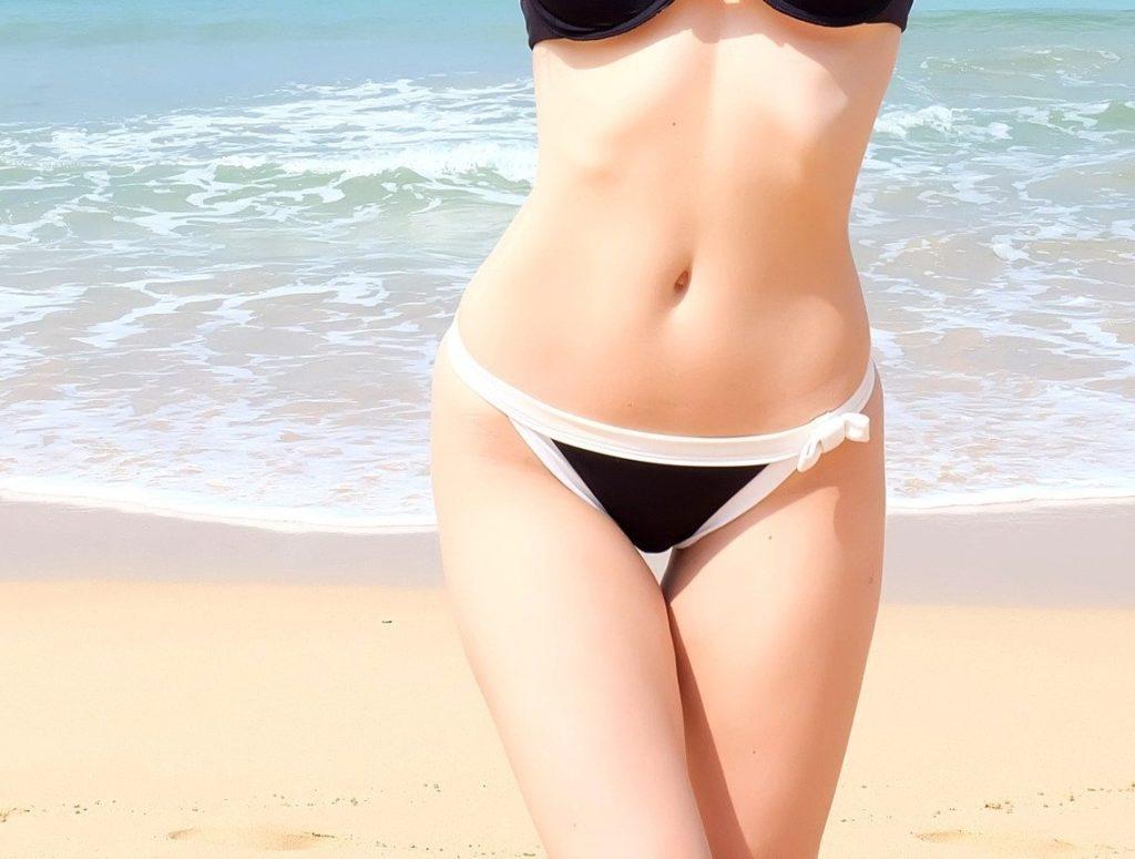 femme mince à la plage après un massage drainant